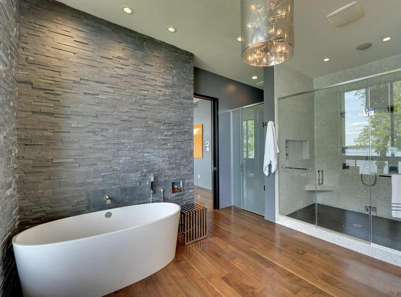 на стене в ванной комнате