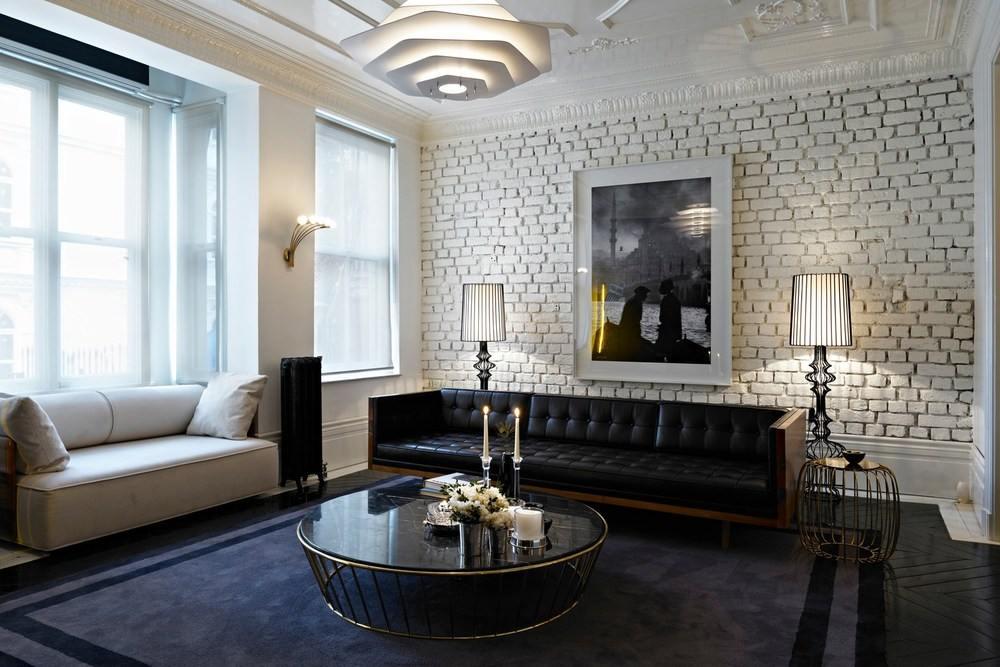 Белая стена в интерьере гостиной
