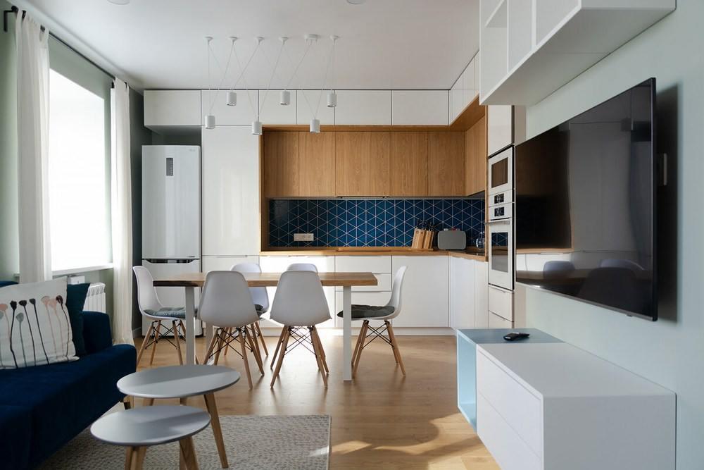 Дизайн студии с синим диваном в квартире