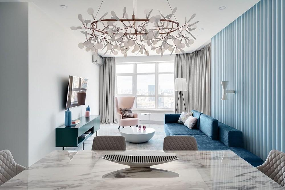 Современный дизайн зала с синими акцентами