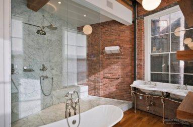 Красивая кирпичная стена в ванной