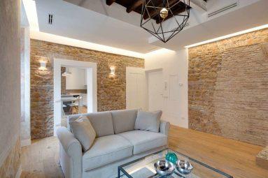 Комната с декоративным камнем