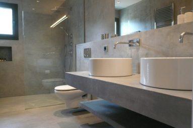 Красивая ванная с бетонной стеной