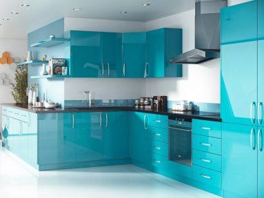 современный дизайн кухни с синим и белым цветов