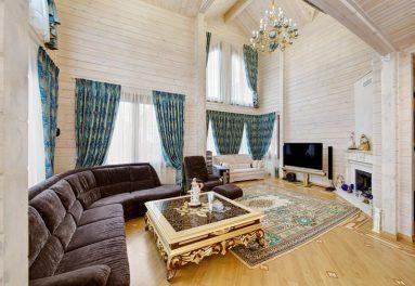 Интерьер гостиной в доме из дерева