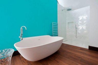 Голубая стена в ванной