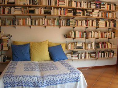 Книжная полка в спальне
