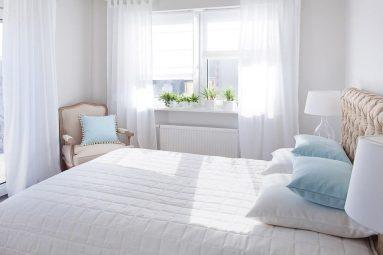 Белые занавески в спальне