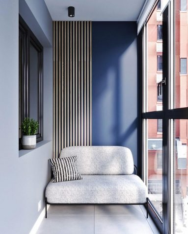Синяя стена и светлый диван