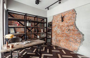 Красная кирпичная стена как элемент декора в кабинете