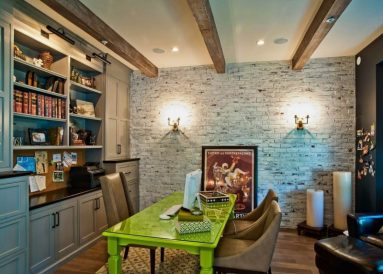Белая кирпичная стена в кабинете