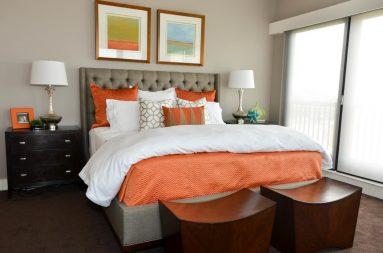 Сочетание оранжевого и серого цвета в спальне