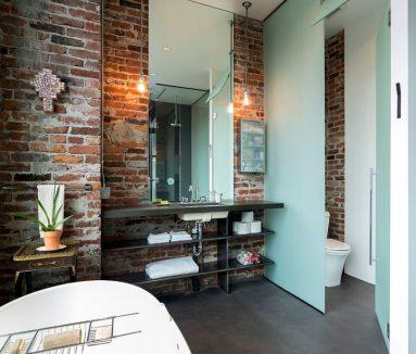 Красная кирпичная стена в ванной