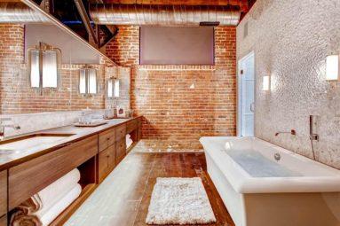 Большая кирпичная стена в ванной