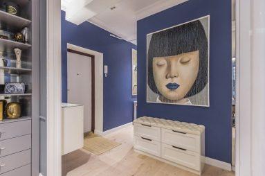 Прихожая с синими стенами и картиной