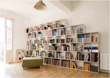 Декор комнаты с книжной полкой