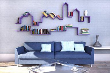 Книжная полка в гостиной над диваном