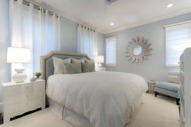 Интерьер спальни в светлых