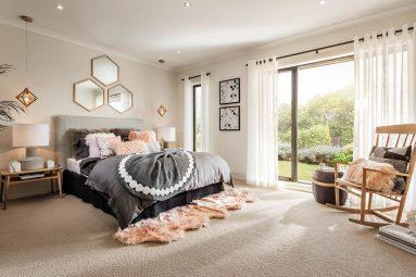Ковровое покрытие в светлой спальне