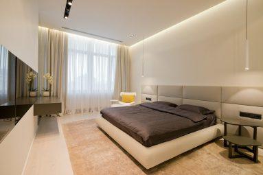 Бежевый ковер в яркой спальне
